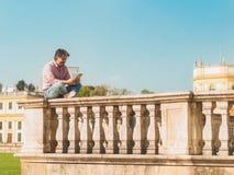 Homem de negócios completo do comprimento com texting digital da tabuleta Imagem de Stock Royalty Free