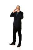 Homem de negócios completo do comprimento que chama para alguém Imagens de Stock Royalty Free
