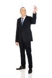 Homem de negócios completo do comprimento que guarda o avião pequeno Imagens de Stock