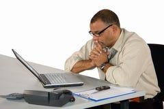 Homem de negócios concentrado que senta-se no portátil Fotos de Stock Royalty Free