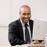 Homem de negócios confiável que fala em auriculares fotografia de stock royalty free