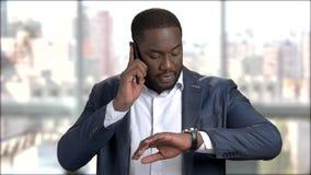 Homem de negócios confiável que fala no telefone filme