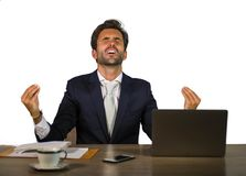 Homem de negócios considerável bem sucedido no terno que trabalha na mesa do computador de escritório que comemora o cheerf de so fotografia de stock