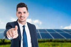 Homem de negócios considerável com os painéis solares atrás dele Imagens de Stock