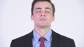 Homem de negócios considerável feliz novo que relaxa com os olhos fechados filme