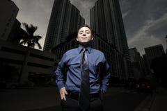 Homem de negócios considerável na cidade na noite imagens de stock