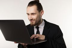 Homem de negócios considerável novo com a barba e o penteado na moda que vestem o terno e o laço pretos fotos de stock royalty free