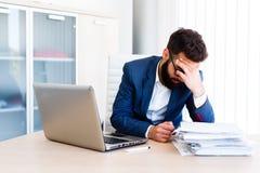 Homem de negócios considerável novo Has Headache imagens de stock