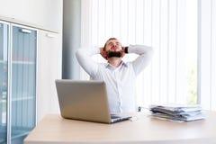 Homem de negócios considerável novo Has Headache foto de stock