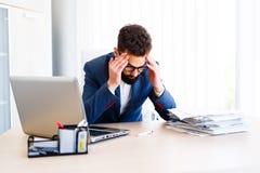 Homem de negócios considerável novo Has Headache fotos de stock royalty free