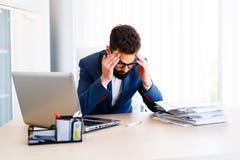 Homem de negócios considerável novo Has Headache imagem de stock
