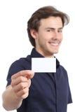 Homem de negócios considerável novo que guarda um cartão vazio imagem de stock