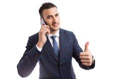 Homem de negócios considerável novo que usa o smartphone fotografia de stock