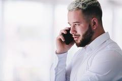 Homem de negócios considerável que fala no telefone imagens de stock