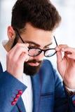 Homem de negócios considerável Taking Off Eyeglasses imagens de stock royalty free