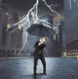 Homem de negócios contra o relâmpago Fotografia de Stock Royalty Free