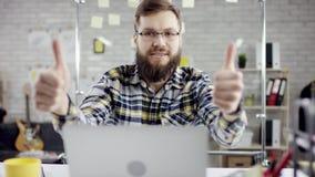 Homem de negócios crítico produtivo que inclina o trabalho de escritório para trás de terminação no portátil, gerente eficaz sati filme