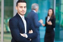 Homem de negócios da equipe do negócio na frente de seus colegas imagens de stock royalty free