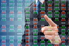 Homem de negócios da exposição dobro e tabela do mercado de valores de ação Imagens de Stock Royalty Free