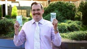 Homem de negócios da Idade Média feliz com lote do dinheiro filme