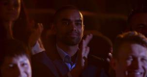 homem de negócios da Misturado-raça que aplaude no seminário do negócio no auditório 4k vídeos de arquivo