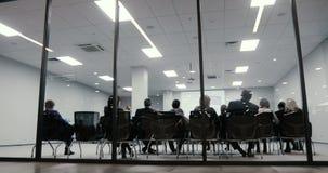 Homem de negócios da reunião da equipe do negócio que apresenta a ideia crowdsourcing do plano aos acionistas da partida da tecno filme