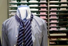 Homem de negócios da roupa (camisa e laço na loja) Fotografia de Stock