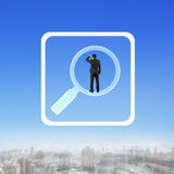 Homem de negócios da vista traseira que está em procurar o ícone do app Foto de Stock Royalty Free
