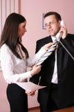 Homem de negócios de ajuda da secretária bonita com seu t Foto de Stock