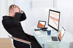 Homem de negócios de desespero enfrentado com perdas financeiras fotografia de stock