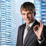 Homem de negócios de encontro a seu prédio de escritórios foto de stock