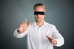 Homem de negócios de olhos vendados novo imagem de stock royalty free