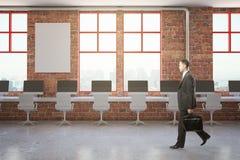 Homem de negócios de passeio no escritório do tijolo Imagem de Stock