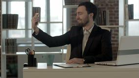 Homem de negócios de Selfie que toma imagens no escritório filme