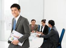 Homem de negócios de sorriso Fotos de Stock Royalty Free
