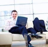 Homem de negócios de sorriso com portátil Fotos de Stock Royalty Free