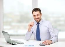 Homem de negócios de sorriso com portátil e originais Imagem de Stock