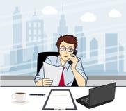 Homem de negócios de sorriso considerável que chama pelo telefone em t Imagem de Stock