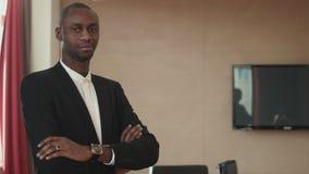 Homem de negócios de sorriso do americano africano filme