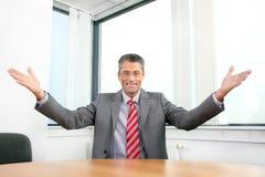 Homem de negócios de sorriso no trabalho fotografia de stock