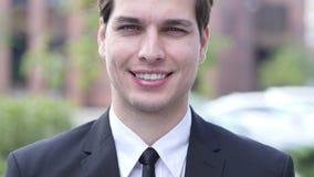 Homem de negócios de sorriso Portrait, exterior filme