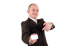 Homem de negócios de sorriso que aponta em um cartão Imagens de Stock Royalty Free