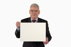 Homem de negócios de sorriso que apresenta uma placa do retrato Fotografia de Stock
