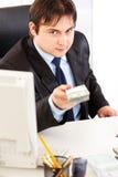 Homem de negócios de sorriso que dá blocos dos dólares Fotos de Stock Royalty Free