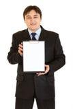 Homem de negócios de sorriso que prende a prancheta em branco Fotografia de Stock Royalty Free
