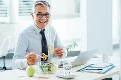 Homem de negócios de sorriso que tem uma pausa para o almoço Fotos de Stock Royalty Free