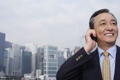 Homem de negócios de sorriso Using Cell Phone Foto de Stock