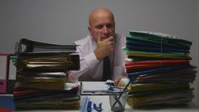 Homem de negócios decepcionado Thinking Pensive Bored e cansado no escritório de contabilidade imagem de stock royalty free