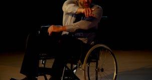 Homem de negócios deficiente caucasiano maduro que fala e que aponta a mão no seminário 4k vídeos de arquivo