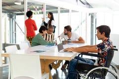 Homem de negócios deficiente que usa o portátil na sala de conferências imagem de stock royalty free